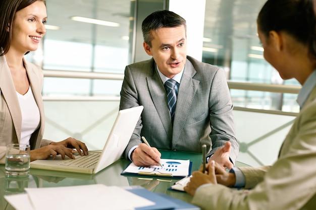 Homem de negócios com sua equipe