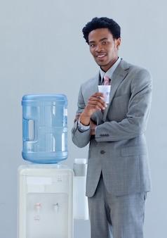 Homem de negócios com um aquecedor de água no escritório