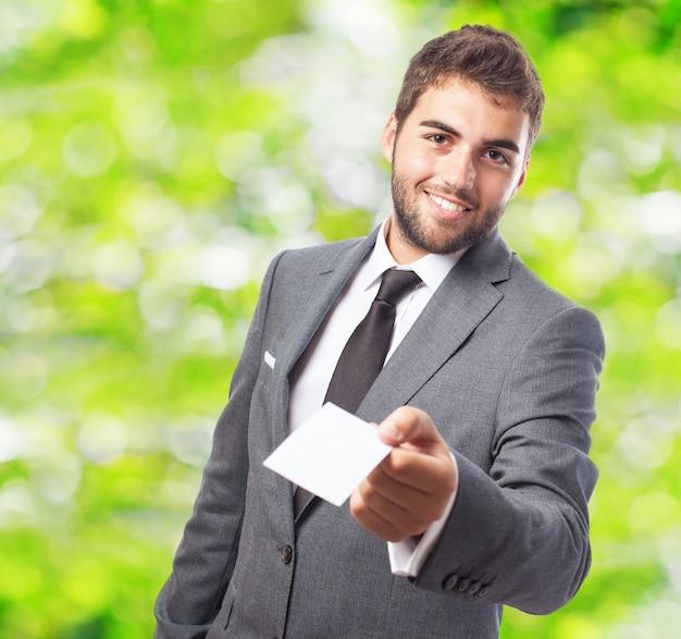 Homem de negócios com um papel branco