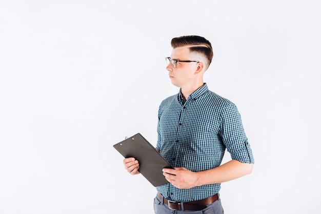 Homem de negócios com uma camisa azul e uma pasta na mão