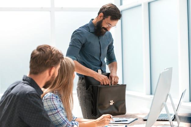 Homem de negócios com uma pasta de couro no escritório. conceito de negócios
