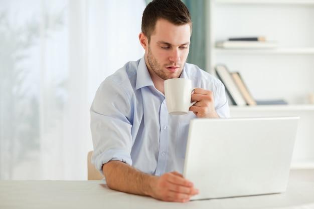 Homem de negócios com uma xícara de chá