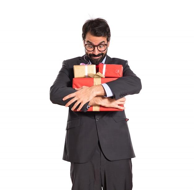 Homem de negócios com vários presentes