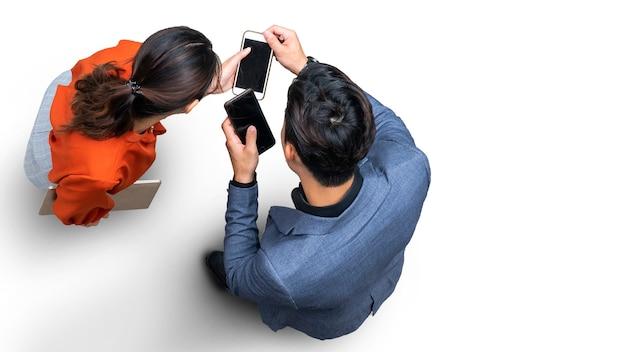 Homem de negócios com vista aérea superior e mulher usando smartphone e pisando fundo no chão branco