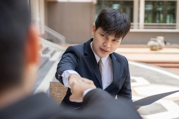 Homem de negócios conceito dois empresários tocando os punhos mostrando harmonia ao terminar de trabalhar no projeto da empresa juntos.