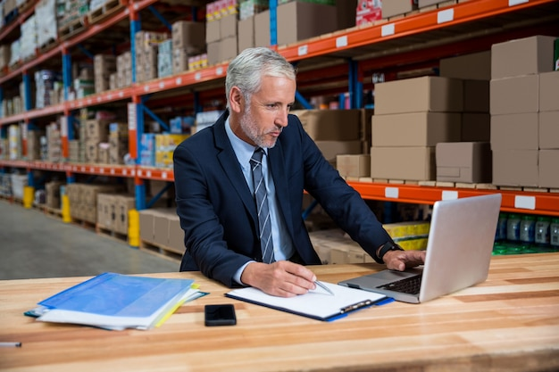 Homem de negócios, concentrando-se durante o seu trabalho
