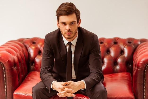 Homem de negócios considerável moderno vestido no terno clássico.