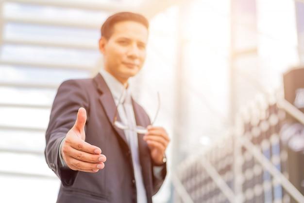 Homem de negócios considerável novo de ásia e oferta do negócio