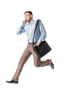 Homem de negócios, correndo e falando por telefone