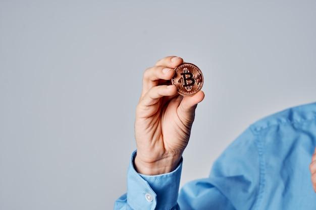 Homem de negócios criptomoeda bitcoin moeda financiar internet dinheiro