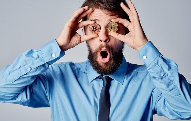 Homem de negócios criptomoeda bitcoin perto de tecnologia de finanças de emoções de rosto. foto de alta qualidade