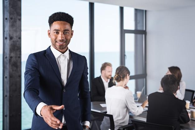 Homem de negócios dando boas-vindas à reunião