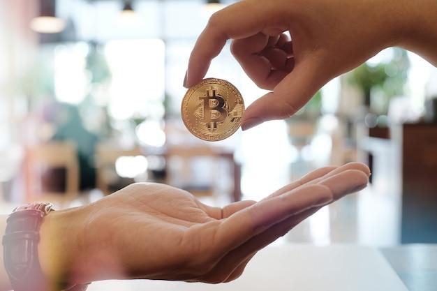 Homem de negócios dando o conceito de tecnologia e finanças de bitcoin golden