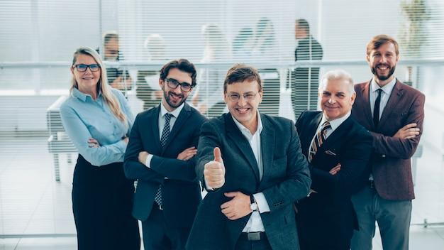 Homem de negócios dando um polegar para cima. o conceito de profissionalismo