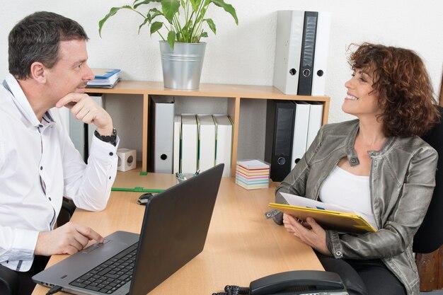 Homem de negócios, dando uma entrevista de emprego em um escritório brilhante