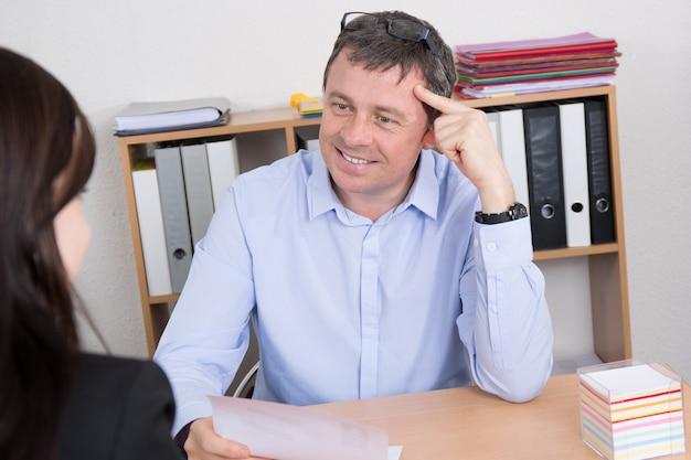 Homem de negócios, dando uma entrevista de emprego no escritório