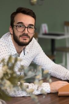 Homem de negócios de alto ângulo com óculos