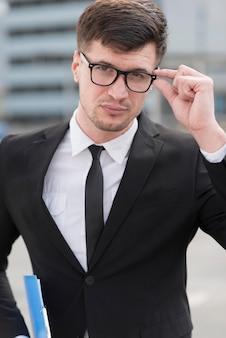 Homem de negócios de alto ângulo