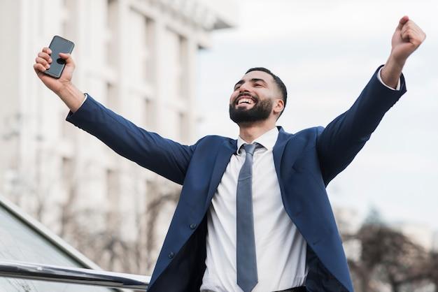 Homem de negócios de baixo ângulo feliz