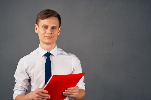 Homem de negócios de camisa com gravata pasta vermelha finanças trabalho de escritório
