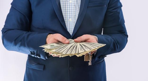 Homem de negócios de fato detém dólares, muito dinheiro, isolado. conceito financeiro