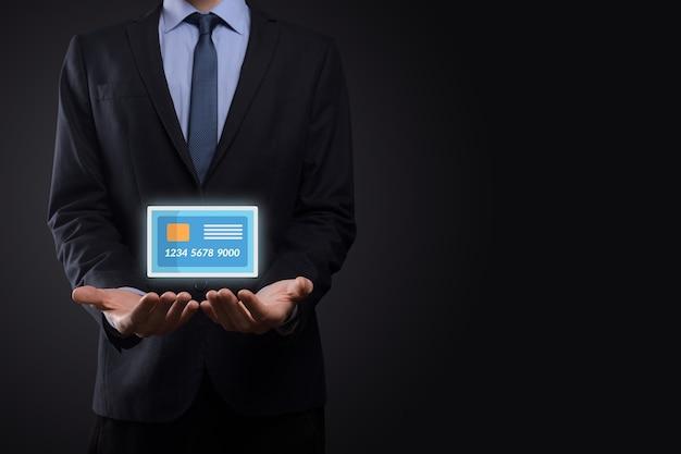Homem de negócios de fato exibindo o holograma de cartão de crédito em branco.