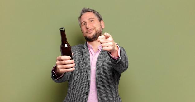 Homem de negócios de meia idade a beber cerveja