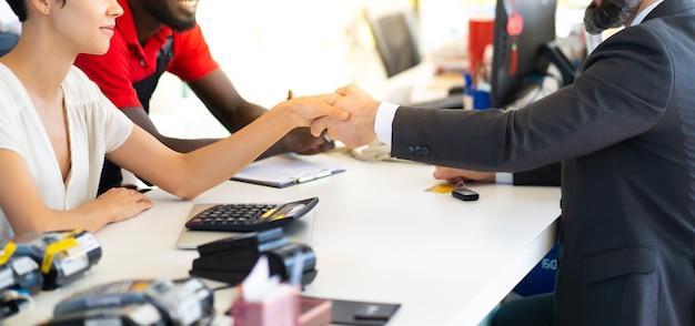 Homem de negócios de meia-idade assinando um contrato
