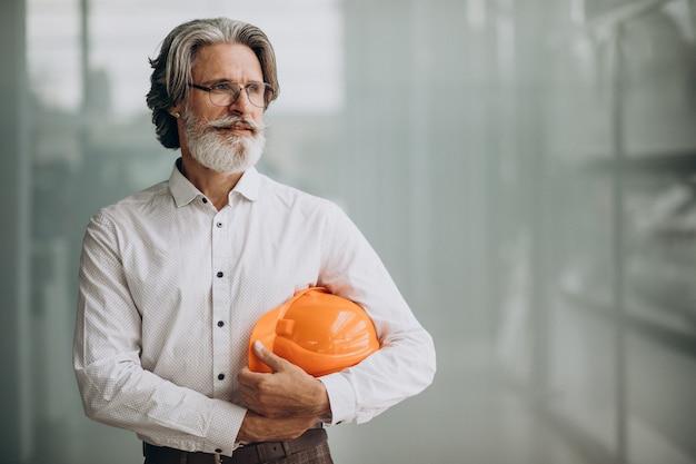 Homem de negócios de meia-idade com capacete