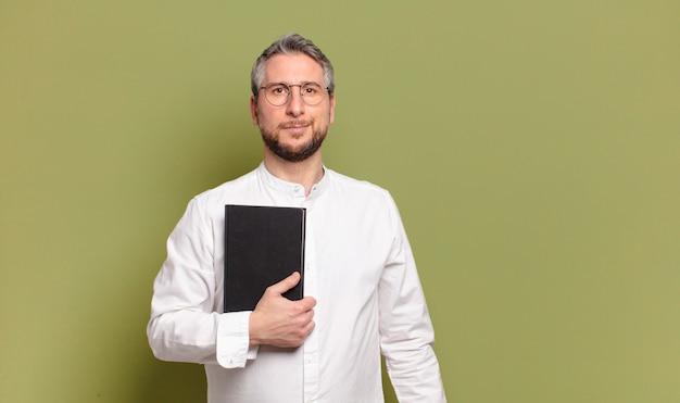 Homem de negócios de meia-idade com um livro