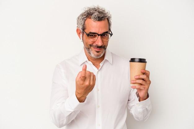 Homem de negócios de meia idade segurando um café take away isolado no fundo branco, apontando com o dedo para você como se estivesse convidando se aproximar.