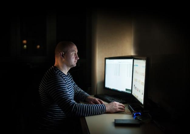 Homem de negócios de silhueta caucasiano computação na mesa
