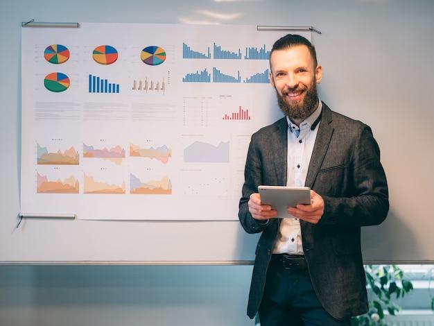 Homem de negócios de sucesso. gerenciamento de projetos. jovem funcionário fazendo uma apresentação, compartilhando ideias de plano de estratégia.