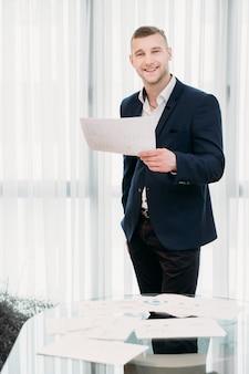 Homem de negócios de sucesso na área de trabalho de escritório