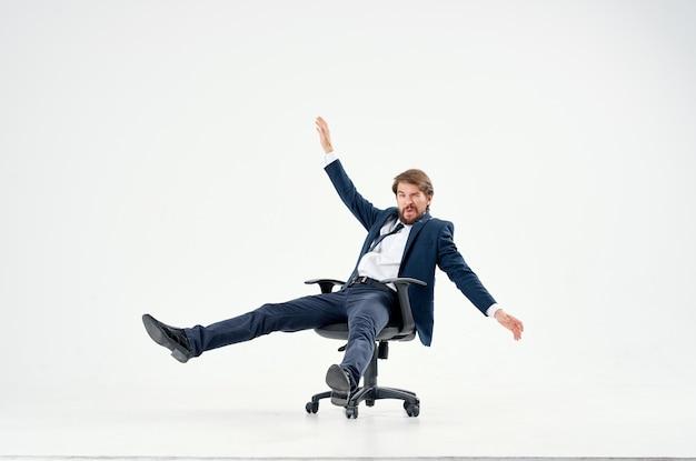 Homem de negócios de terno andando em uma cadeira - emoções gerente de trabalho