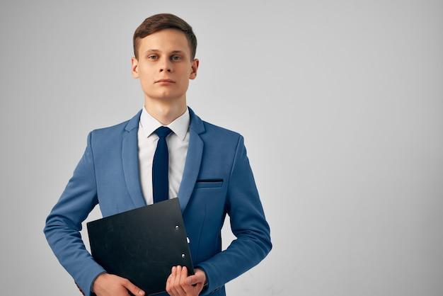 Homem de negócios de terno documenta escritório de gerente profissional