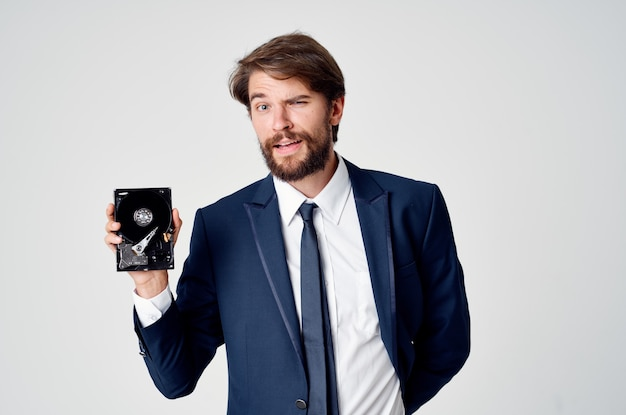 Homem de negócios de terno recuperação de dados de informações de disco rígido