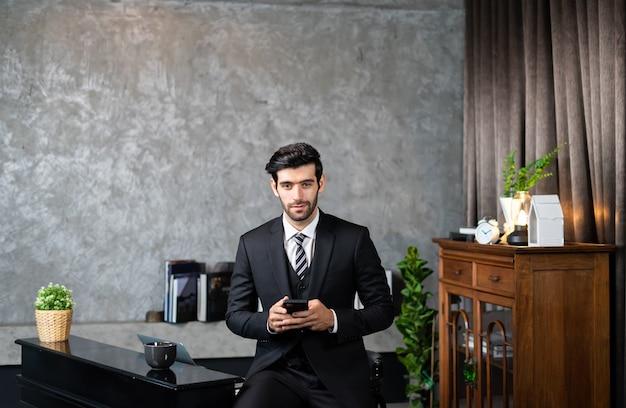 Homem de negócios de terno usando smartphone trata um cliente e gerencia o pedido