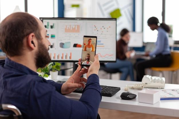 Homem de negócios deficiente e deficiente em reunião por videochamada online