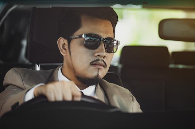 Homem de negócios, dirigindo um carro