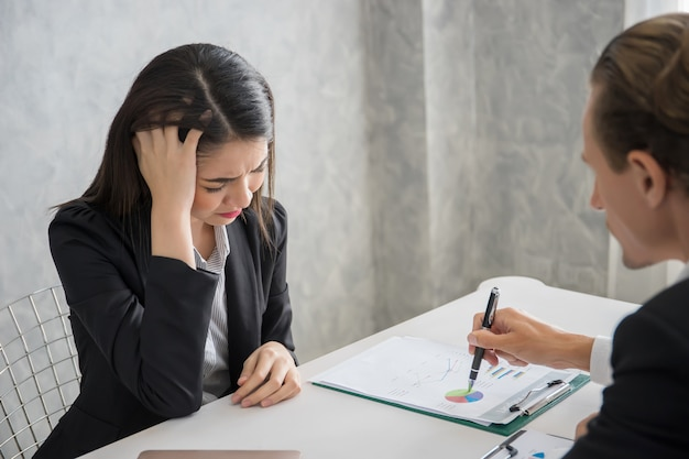 Homem de negócios do líder que responsabiliza o empregado do sexo feminino na mesa de escritório. conceito de negócio falhar.