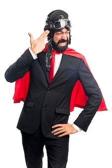 Homem de negócios do super-herói fazendo um gesto de suicídio