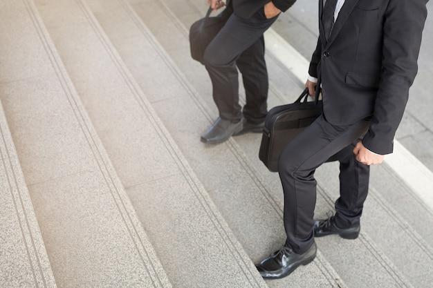 Homem de negócios duas pessoas subindo