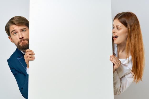 Homem de negócios e emoções de mulher apresentação maquete de papel branco pôster