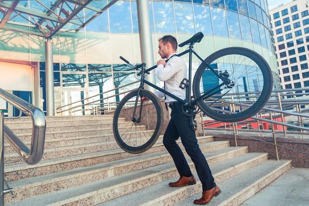 Homem de negócios e sua bicicleta, bicicleta conceito ir trabalhar