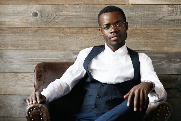 Homem de negócios elegante usando óculos elegantes