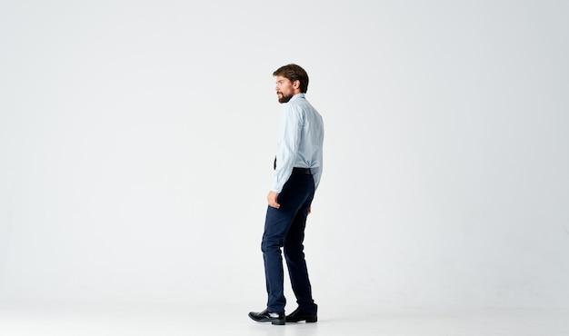 Homem de negócios em camisa com gravata gesto mãos estúdio de emoções