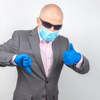 Homem de negócios em luvas médicas, óculos e máscara protetora.