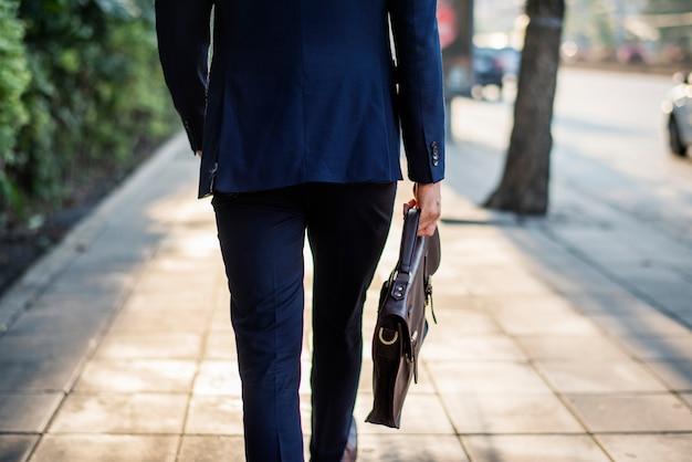 Homem de negócios em movimento para trabalhar