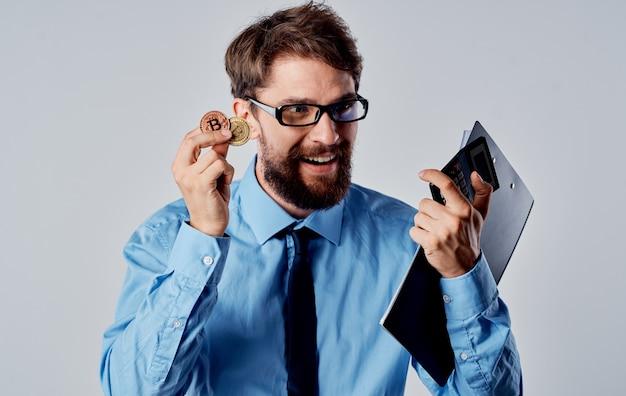 Homem de negócios em óculos criptomoeda e financista de tecnologia de dinheiro eletrônico nas mãos.